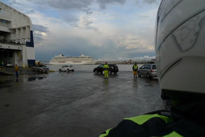 A descida de um dos patamares de um ferry.