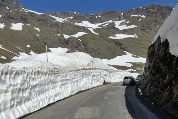 Nos Alpes Franceses, na Col de L'Iseran de mota.