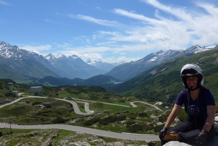Em San Bernardino Pass. De mota nos Alpes Suíços