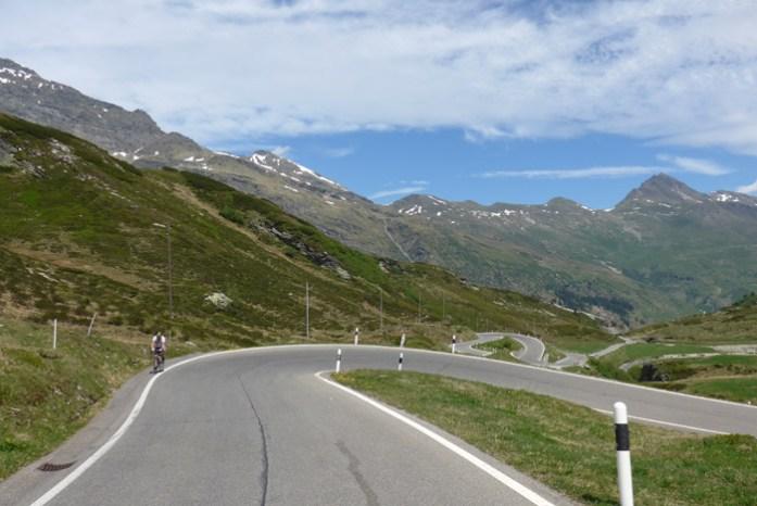 San Bernardino Pass. De mota nos Alpes Suíços. A caminho da descida para Thusis.