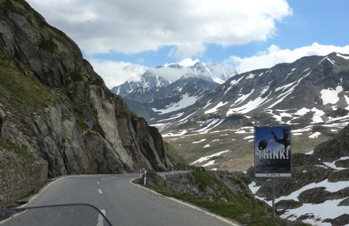 Do topo do Col du Grand Saint Bernard ao Valais em Martigny
