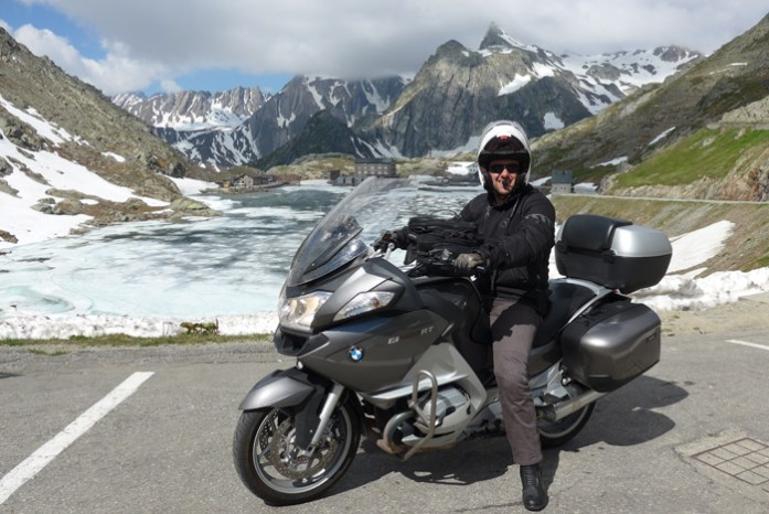 No topo dos Alpes Suíços no Col du Grand Saint Bernard
