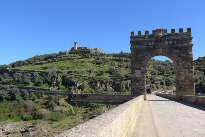 De mota pelas melhores estradas de Portugal e Espanha. Em Ponte Romana de Alcântara