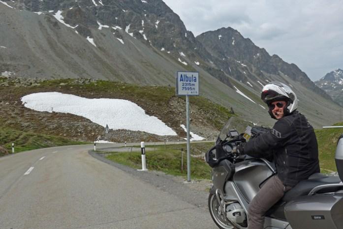 Estradas de montanha dos Alpes Suíços. No Albula Pass.