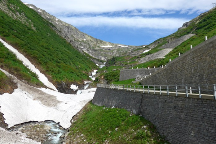 As melhores estradas dos Alpes Suíços na região de Andermatt. Em Gotthard Pass. Calçada de Tremola