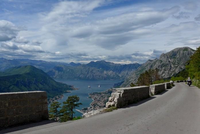 Roteiro pelos Balcãs. Kotor Serpentine. Baía de Kotor. Montenegro