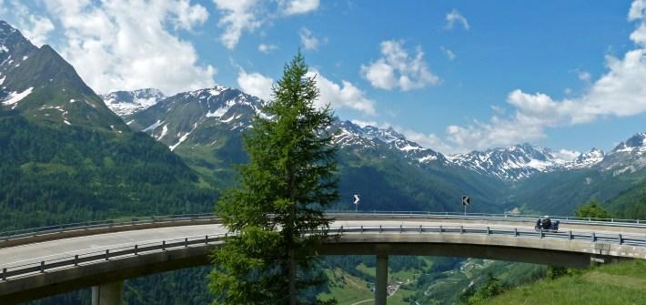 As melhores estradas dos Alpes Suíços na região de Andermatt. Em Gotthard pass