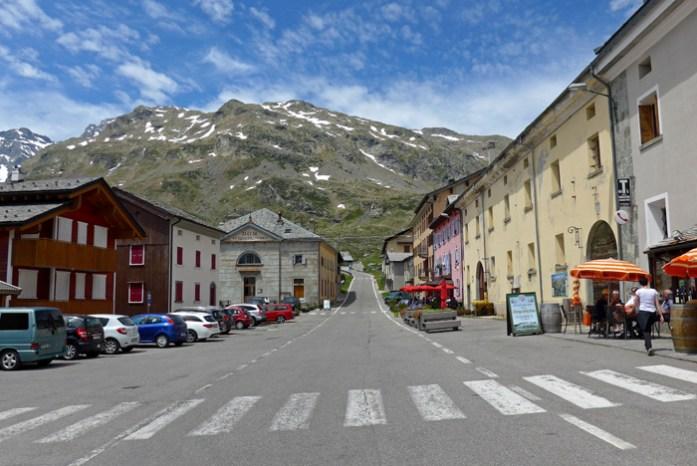 Em Montespluga junto ao lago e aos restaurantes italianos da pequena aldeia.