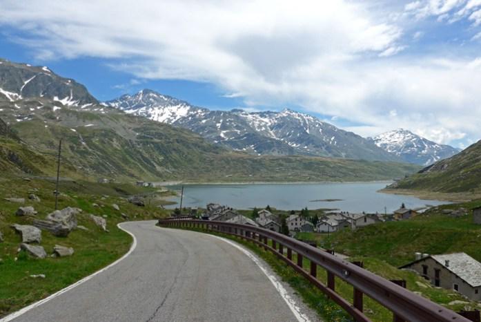 Entre a Suíça e a Itália no Splugen Pass. A chegada a Montespulga com o Lago di Montespulga.