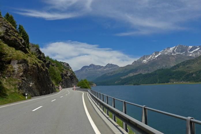 Estradas de montanha dos Alpes Suíços. Em Silvaplana no Lago Silvaplanersee.