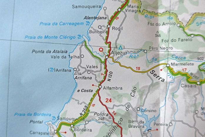 Mapas em formato papel. Ajuda preciosa para descobrir melhores estradas