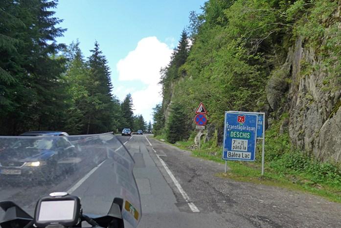 Informação de abertura de todo o percurso da Transfagarasan. Em Cartisoara. Roménia