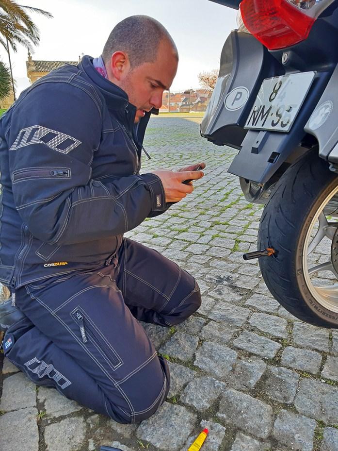 reparar um pneu furado na mota
