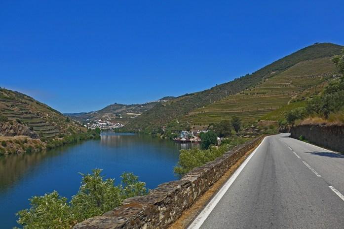 EN222 entre o Pinhão e a Régua. Rio Douro