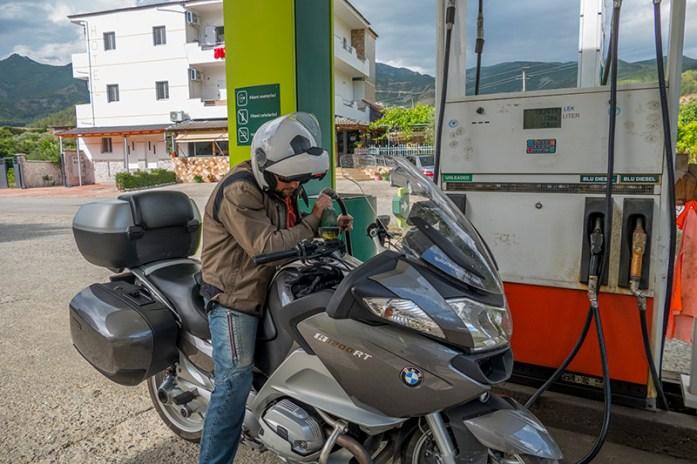 Viagem de mota pela Albânia. Bombas de gasolina