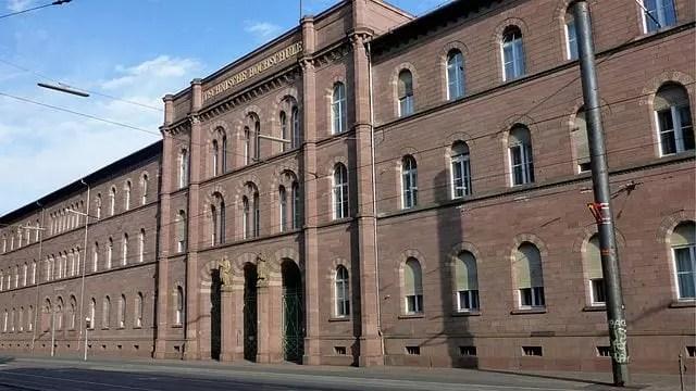 Edificio principal del Instituto Tecnológico de Karlsruhe (KIT)