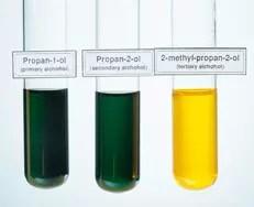 Ensayo con dicromato de potasio para clasificación de alcoholes. De izquierda a derecha primario, secundario y terciario.