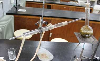 Foto de un montaje de hidrodestilación calentada con un mechero a gas