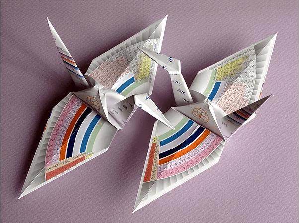 Orizuru con diseño de una tabla periódica