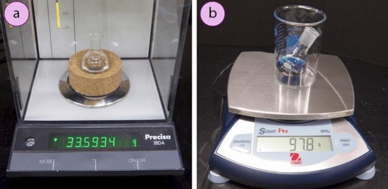 Imagen 4. a) Soporte de corcho en una balanza analítica, b) Vaso en una balanza de plataforma.