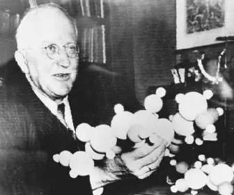 Hermann Staudinger con un modelo de esferas de un polimero