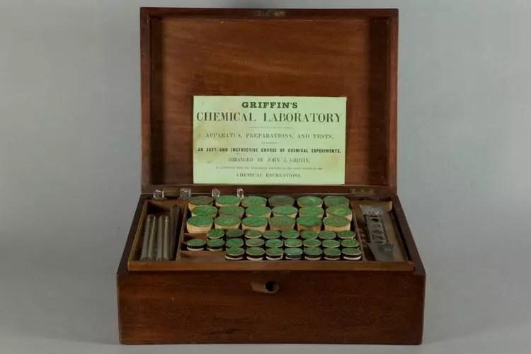 Laboratorio Químico de Griffin, Glasgow, ca.1850. Uno de los diferentes modelos de sets de química comercializados en aquella época