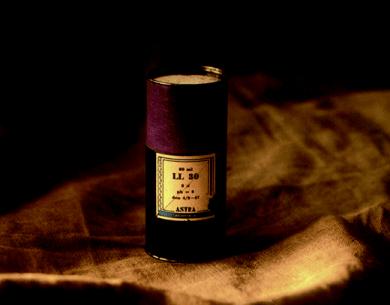 Al comienzo del período de prueba, el LL30 fue suministrado en pequeñas jeringas de vidrio empaquetadas en pequeños contenedores de cartón azul con forma de cilindro. Fue en esta forma que los médicos y dentistas se familiarizaron por primera vez con la lidocaína.