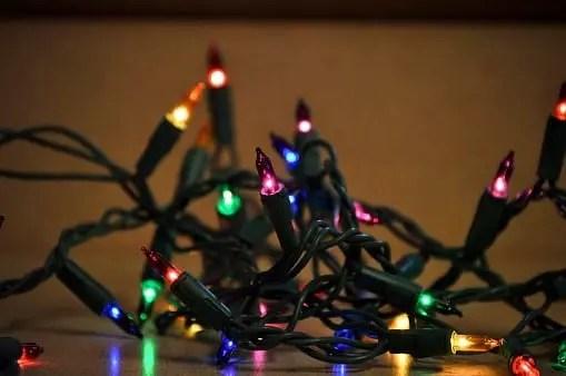 Los sistemas o arreglos de luces de navidad tienen como soporte circuitos de alambre de cobre recubiertos de PVC