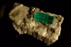 Un cristal esmeralda encontrado en Muzo, Colombia. Los cristales esmeralda son una forma del elemento berilio.
