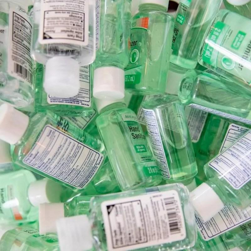 El uso de alcohol en gel o gel desinfectante es común y ayuda a la eliminación de virus y bacterias