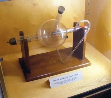 Una de las cámaras de vacío de Moseley, junto con el pequeño tren en el tubo adjunto que trajo diferentes muestras en el camino de un haz de rayos X, está en exhibición en el Museo de Historia de la Ciencia de la Universidad de Oxford.