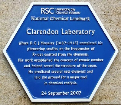 Placa azul erigida por la Sociedad Real de Química en el edificio Townsend del Laboratorio Clarendon en Oxford en 2007, conmemorando el trabajo de investigación de Moseley de principios del siglo XX sobre los rayos X emitidos por los elementos.