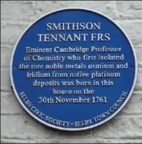 La placa azul que conmemora el nacimiento de Smithson Tennant, descubridor del iridio y el osmio, situada en Finkle Street, Selby, Reino Unido