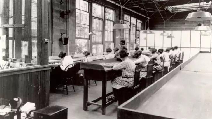 Las chicas del radio trabajan en una fábrica de the United States Radium Corporation.