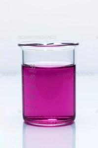 El color del permanganato de potasio desaparecerá a medida que reacciona con el ácido oxálico en medio ácido