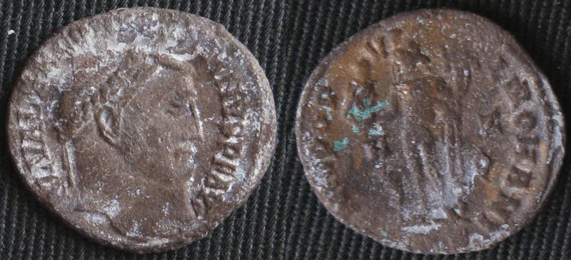 Cristales de carbonato de sodio no identificados (blancos) formados en la misma moneda romana tratada para la enfermedad del bronce. Las masas verdes en el reverso de la moneda son un carbonato de cobre que se formó en la región donde la enfermedad del bronce era más frecuente.
