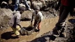 Niños minando cobalto en Congo. Via France24.com