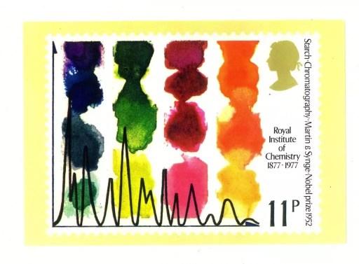 Un sello postal conmemorativo publicado en 1977 por la oficina de correos del Reino Unido en honor al 25º aniversario de la concesión del Premio Nobel de Química a Martin y Synge por su desarrollo de la cromatografía de partición.