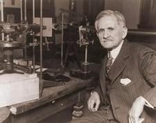 Michelson con uno de sus interferometros