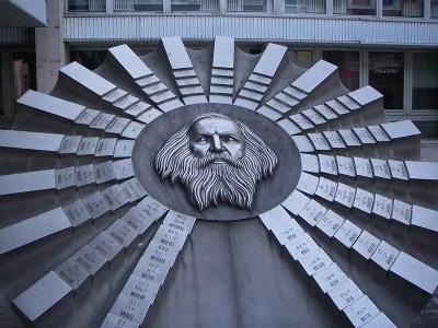 Escultura en honor a Mendeleev y la tabla periódica, ubicada en Bratislava, Eslovaquia