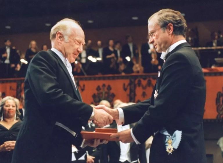Michael Smith recibiendo el premio Nobel en 1993