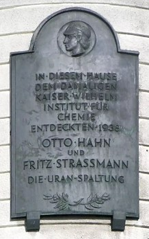 Placa conmemorativa del descubrimiento de la fisión por Hahn y Strassmann en Berlín (inaugurada en 1956)