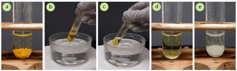 Figura 6: Comprobación de la cristalización de la N-bromosuccinimida (NBS) utilizando agua: a) NBS insoluble en agua fría, b+c) Disolución de NBS en agua caliente, d+e) Enfriamiento y cristalización (no fue necesario el baño de hielo, ya que volvieron los cristales).