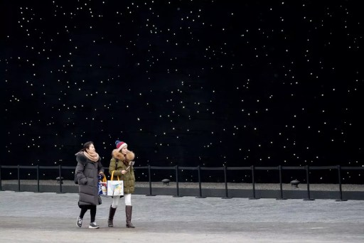 Gente camina por el exterior de un pabellón, diseñado por el arquitecto británico asif khan y construido por Hyundai, en pyeonchang, sede de los juegos olímpicos de invierno 2018; el edificio está rociado por fuera con vantablack, la sustancia química más oscura de la tierra. Foto de sergei bobylev/tass vía getty images.