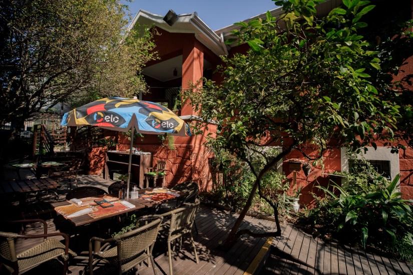 Jardim do restaurante Quintana Gastronomia em Curitiba. Restaurante faz aniversário de 13 anos em julho de 2020