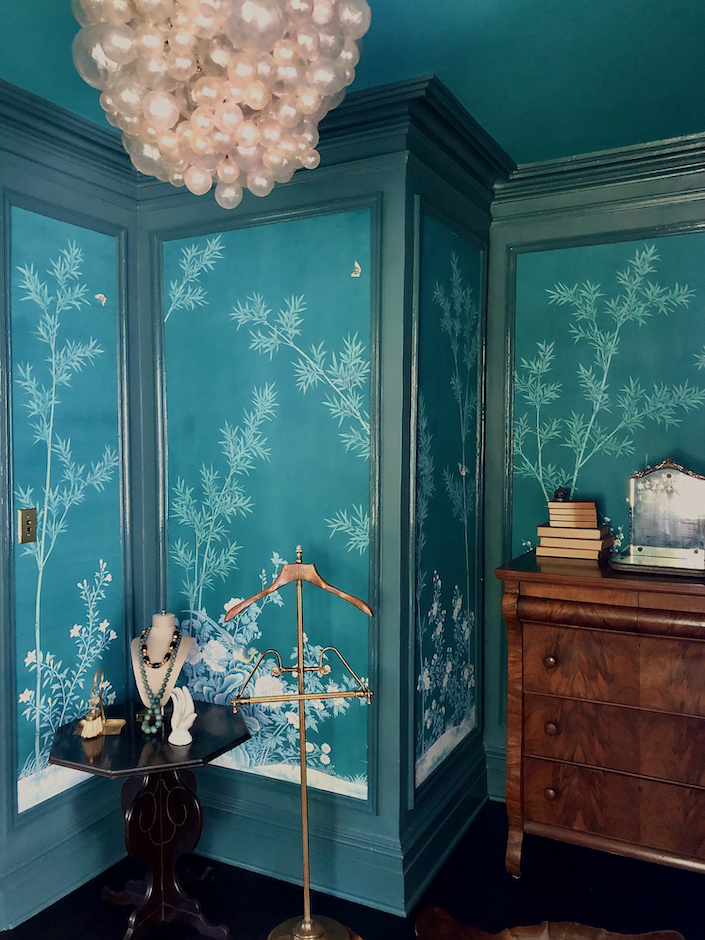 Gracie wallpaper in Susan and Will Brinson's guest bedroom via Quintessence