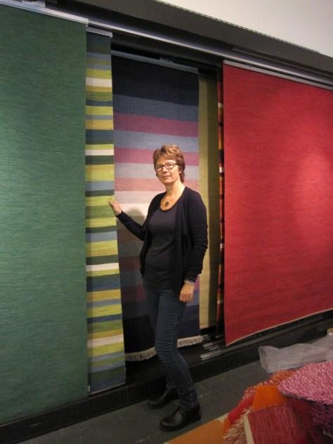 Barbara Hosak på Katehas kontor i Värnamo. Den randiga mattan Lina är formgiven av Hans Hosak och finns i olika färgkombinationer