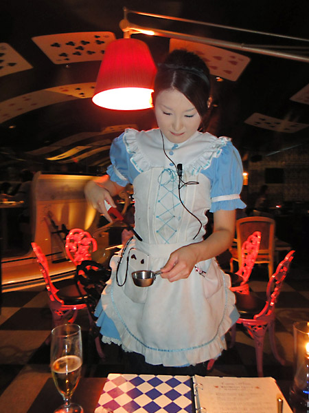 alice-in-a-labyrinth-waitress