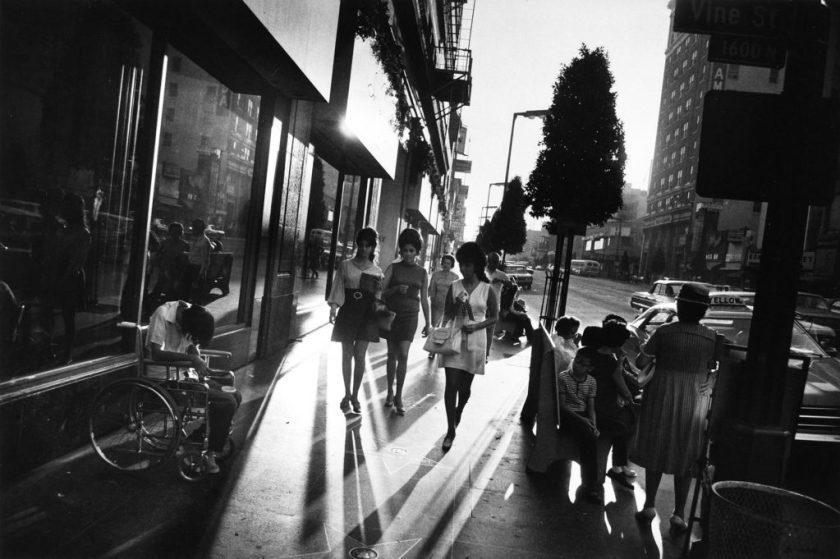 """Fotografía © Garry Winogrand, de su trabajo """"Women are Beautiful"""" / horizonte inclinado"""