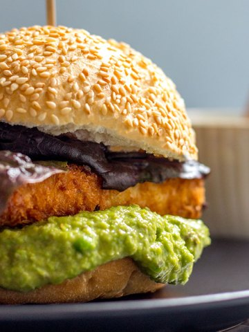 Crispy tofu burger with green pea and caper mayo (vegan).